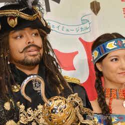 (左から)NESMITH、宮澤佐江(C)モデルプレス