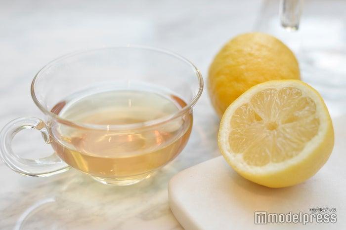 カモミールティーにレモンを合わせて (C)モデルプレス