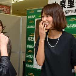 来場したファンと笑顔で交流する小泉里子
