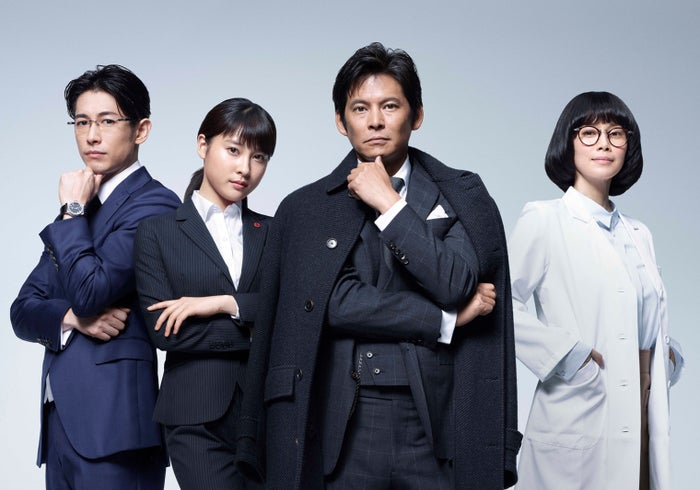 「IQ246~華麗なる事件簿~」に出演する(左から)ディーン・フジオカ、土屋太鳳、織田裕二、中谷美紀(C)TBS
