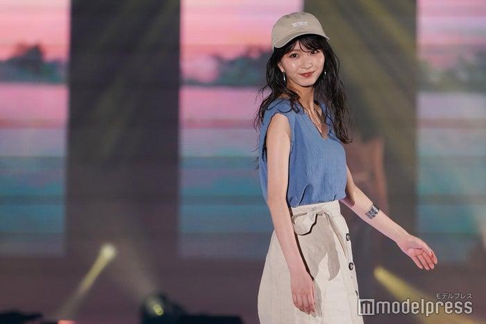 岡崎紗絵「肌馴染みのいい色で夏っぽい素材。着心地がよくさらっと着られてリラックス感があるのがポイント」 (C)モデルプレス