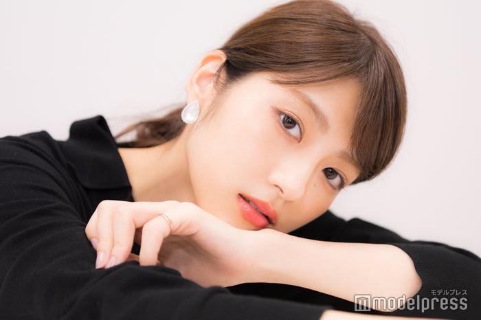 インタビューに応じた若月佑美(C)モデルプレス