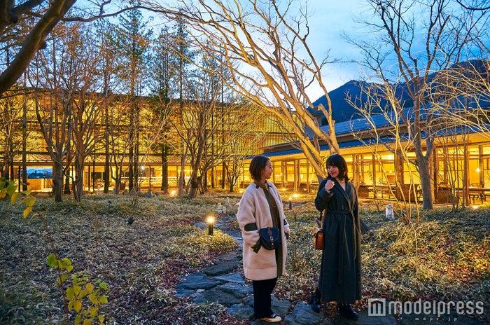 自然と溶け合うように森の中にたたずむ温泉旅館(C)モデルプレス