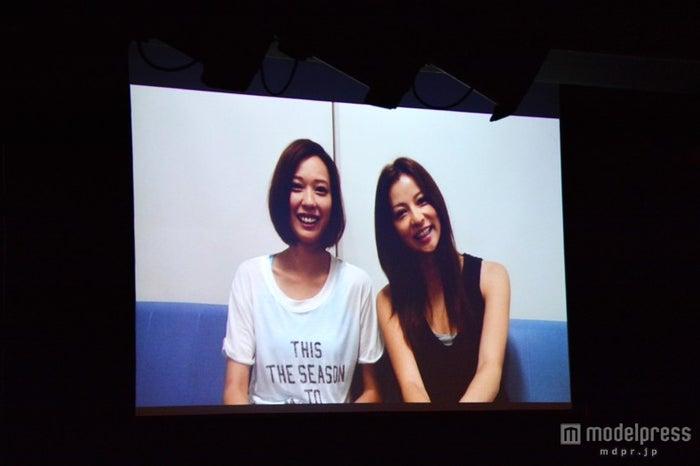 ビデオメッセージを寄せた戸田恵梨香(左)と香里奈(右)/「SUMMER NUDE」ドラマファンミーティングより