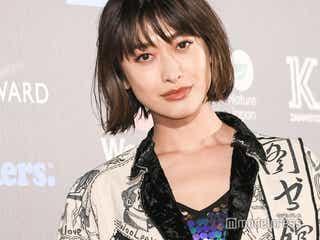 山田優、若き日の母の姿公開「美脚遺伝子最強」「そっくり」の声