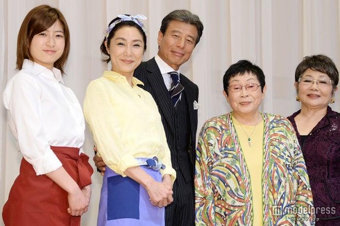 (左より)南沢奈央、浅野温子、舘ひろし、橋田壽賀子、泉ピン子