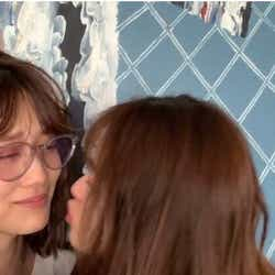 (左)松村沙友理にキスされる(右)山下美月(提供写真)