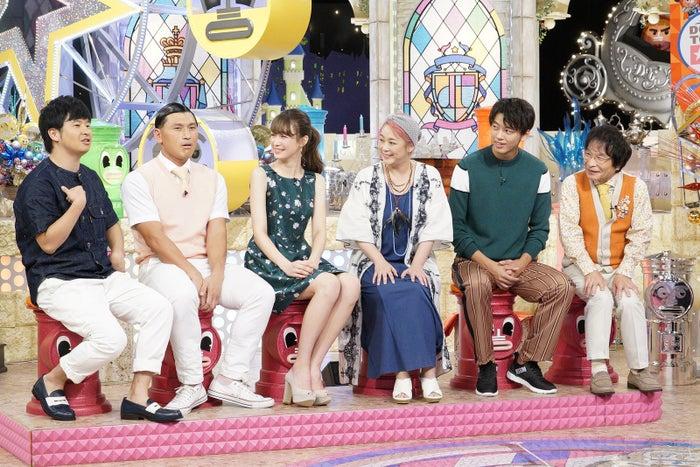 藤井サチ(左から3番目)/写真提供:読売テレビ