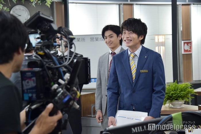 田中圭を中心に、常に笑顔が絶えない現場。 (C)モデルプレス