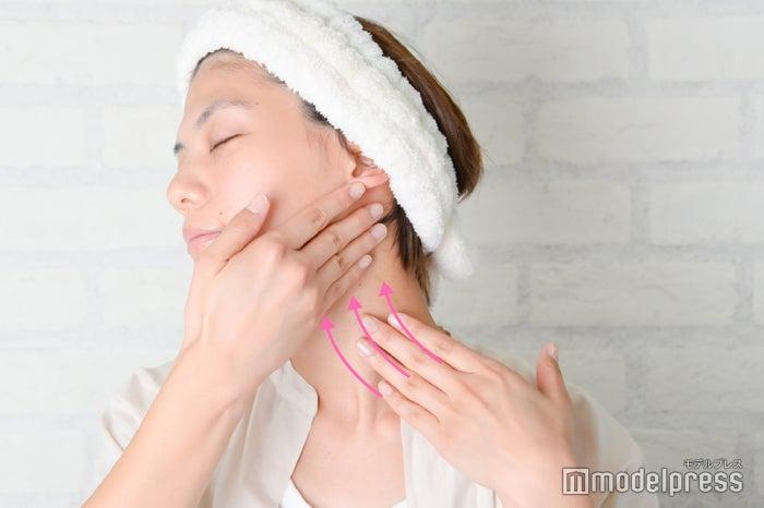 首筋に沿ってマッサージ(C)モデルプレス