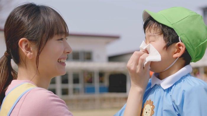 幼稚園の先生役を演じる新垣結衣 (提供写真)