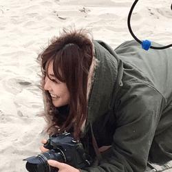 倉科カナ、海辺での美人カメラマン姿にファン歓喜「神々しい」「キラキラしてます」