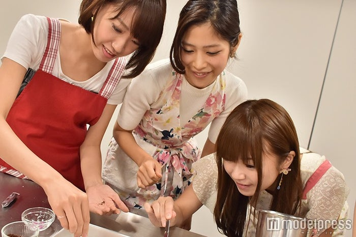 料理を教える柏原歩さん(中央)/(C)モデルプレス