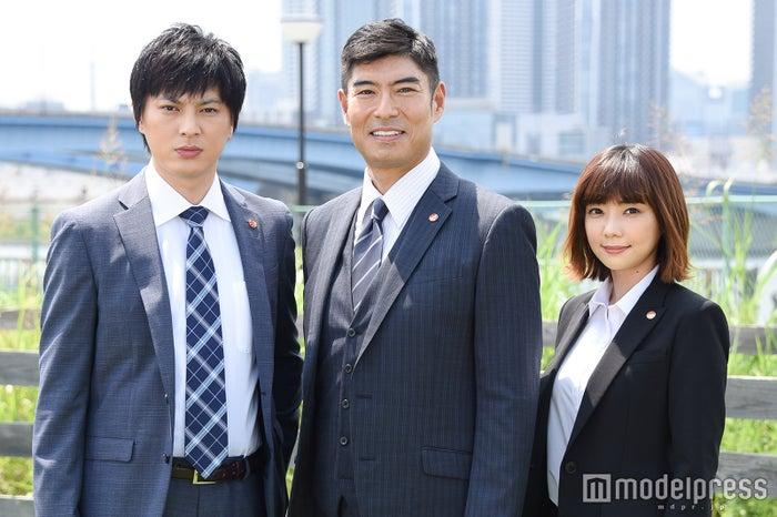 (左から)塚本高史、高嶋政宏、倉科カナ (C)モデルプレス