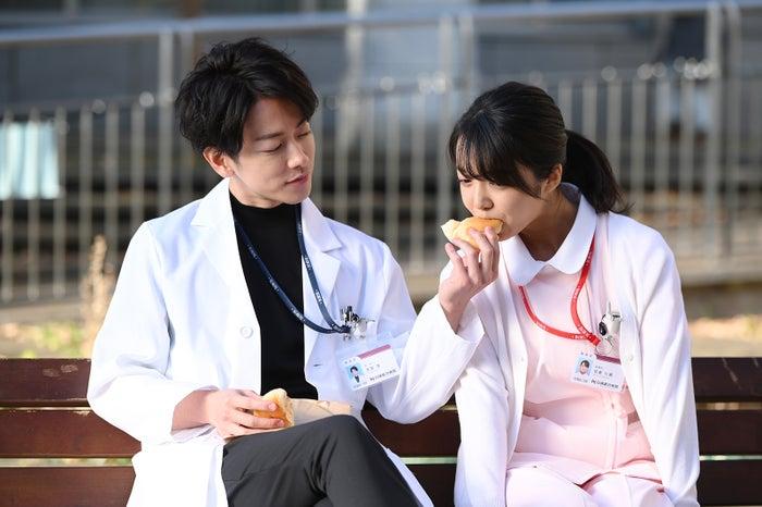 佐藤健、上白石萌音/「恋はつづくよどこまでも」より(C)TBS