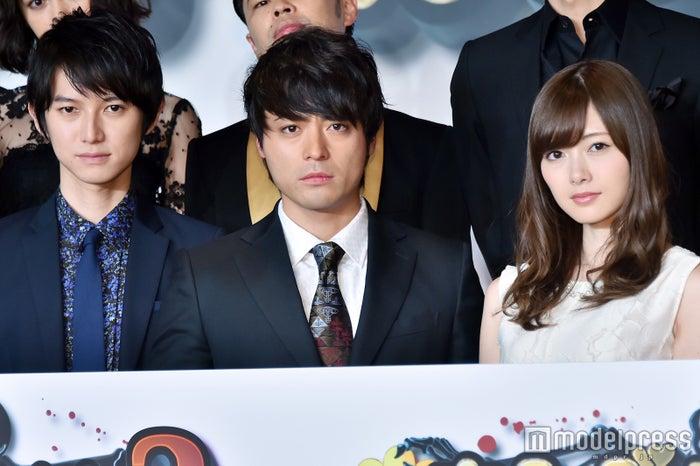 (左から)本郷奏多、山田孝之、白石麻衣 (C)モデルプレス