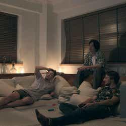 プレイルームでゲームする男子「TERRACE HOUSE TOKYO 2019-2020」19th WEEK (C)フジテレビ/イースト・エンタテインメント