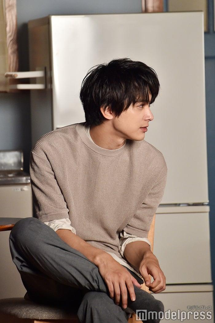 隣の部屋の波瑠と会話を交わす吉沢亮(C)モデルプレス