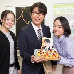 井上真央&仲間由紀恵、及川光博のバースデーをサプライズ祝福<明日の約束>
