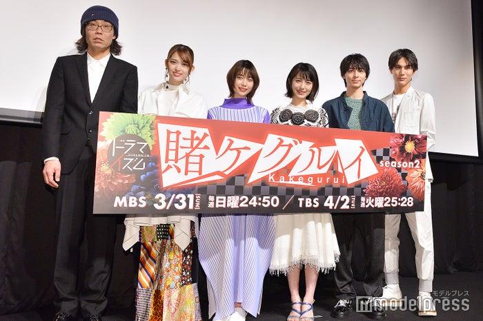 (左から)英勉監督、松村沙友理、森川葵、浜辺美波、高杉真宙、中川大志(C)モデルプレス
