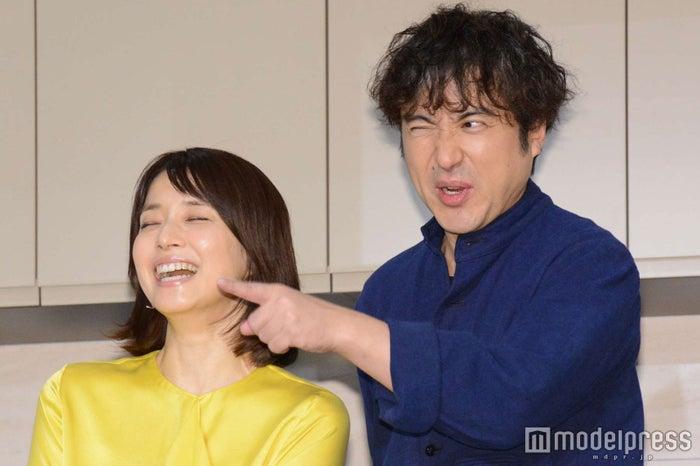 カメラマンからの要望に慌てる石田ゆり子、ムロツヨシ (C)モデルプレス