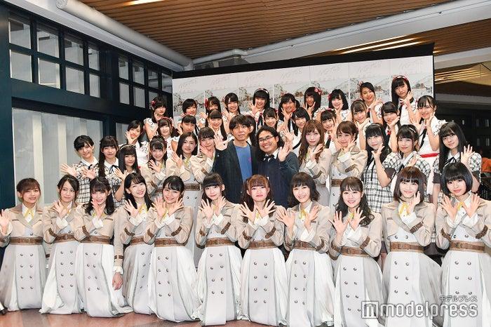 NGT48メンバーとロッチ(中央) (C)モデルプレス