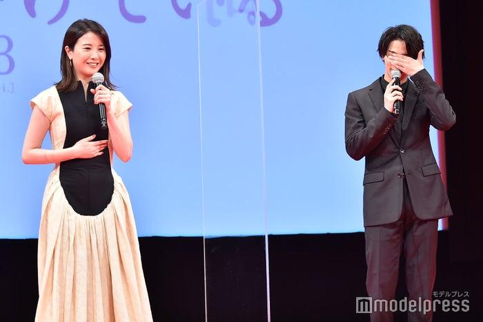 カンペを見る吉高由里子を見ないようにする横浜流星(C)モデルプレス