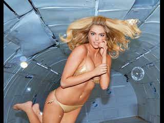 人気モデルのケイト・アプトン、ビキニでゼロ・グラビティ