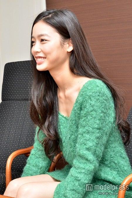 終始、笑顔でインタビューに応じてくれた吉倉あおい<衣裳協力>Cher Harajuku/deicy代官山