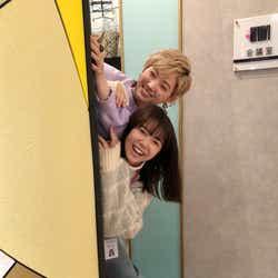 """モデルプレス - 上白石萌音&太田夢莉、""""ひょっこり""""オフショットに「ほっこり」「ドラマとのギャップすごい」の声"""