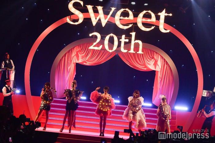 (左から)小嶋陽菜、マギー、佐藤栞里、石田ニコル、齋藤飛鳥(C)モデルプレス