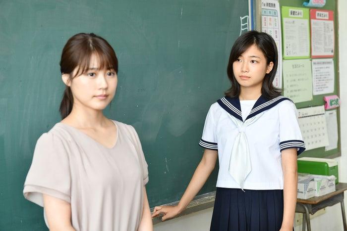 小野莉奈(奥)/「中学聖日記」より(C)TBS