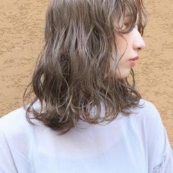 色 ベージュ 髪