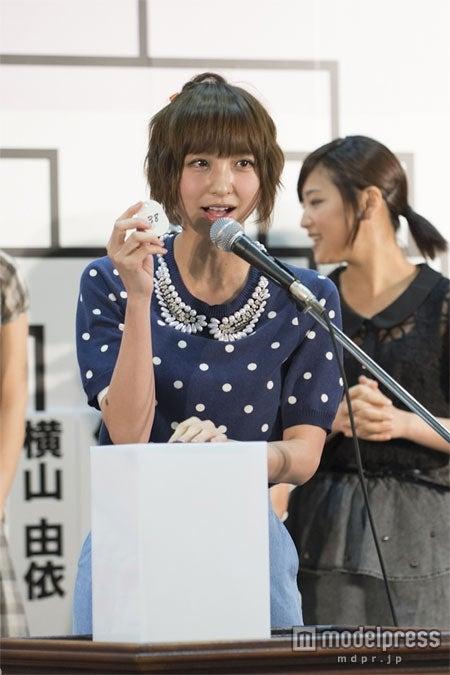 「AKB48 29thシングル選抜じゃんけん大会」でシード権を獲得した篠田麻里子(C)AKS