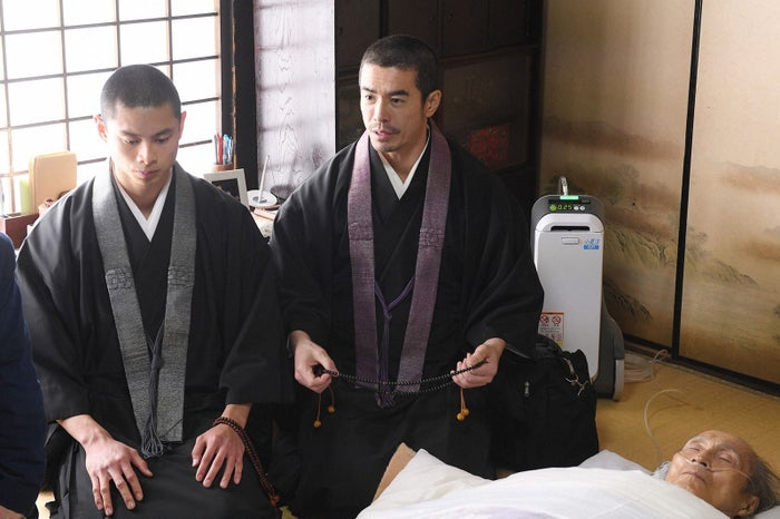 葵揚、伊藤英明/「病室で念仏を唱えないでください」第5話より(C)TBS