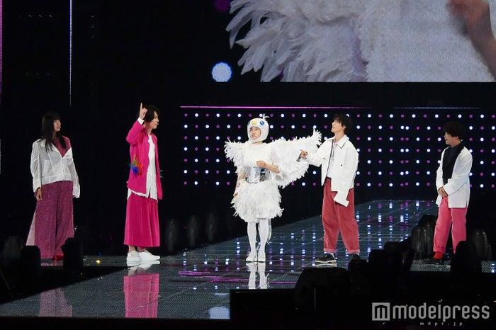 ステージ頭上を飛ぼうとする土屋太鳳(C)モデルプレス
