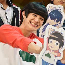 アニメ「おそ松さん」のキャラクターデザインを手掛ける浅野直之氏が描き下ろしたイラストに「鼻がでかい!悪意」とクレームをつけた高崎翔太 (C)モデルプレス
