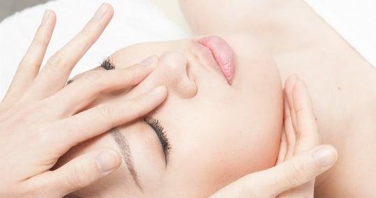 鼻の根元から高さを盛り上げる「隆鼻矯正」