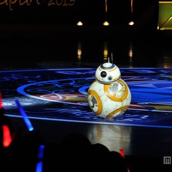 """「スター・ウォーズ」新予告編、世界最速でサプライズ上映 新型ドロイド""""BB-8""""も登場で盛り上がる"""