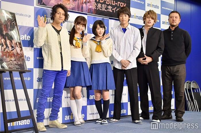 左から:祁答院慎氏、前田希美、生駒里奈、池岡亮介、JUN、山田雅史監督(C)モデルプレス