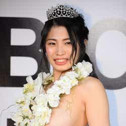 """モデルプレス - 初代""""日本一美しいおっぱい""""グランプリ、Fカップ美女に決定 マギーも絶賛「触りたくなる」"""