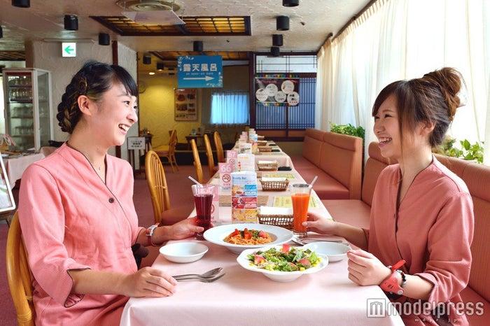 館内着でのんびり食事/画像提供:リ・ラックスパシンジュク