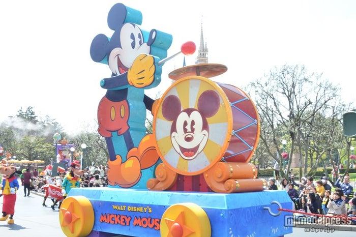 ミッキーマウスのおもちゃをモチーフにしたフロート/ハピネス・イズ・ヒア
