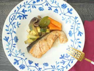 レンチンで作れる!美肌にも嬉しい『サーモンと野菜のワイン蒸し』