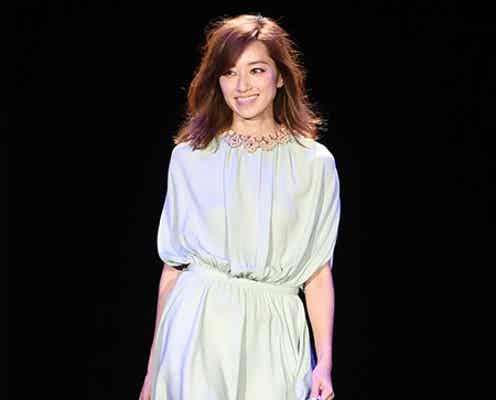 モデル仁香、スラリ美脚で観客魅了 柔らかシフォンワンピで登場