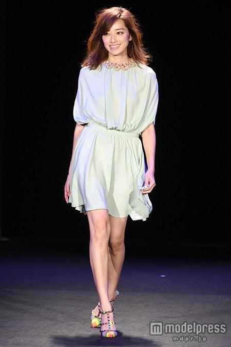 モデル仁香、スラリ美脚で観客魅了 柔らかシフォンワンピで登場【モデルプレス】
