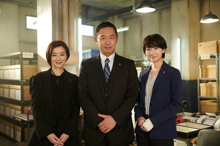 (左から)鈴木京香、内藤剛志、波瑠(C)テレビ朝日