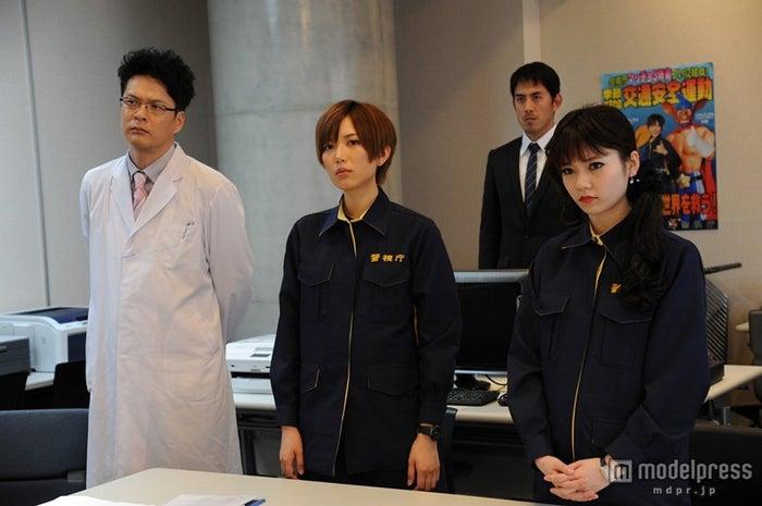 (手前左から)田中哲司、光宗薫、島崎遥香/(C)2013 劇場版「ATARU」製作委員会
