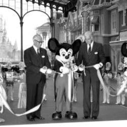 <あのころ>ディズニーランドが開業 ミッキーもテープカット