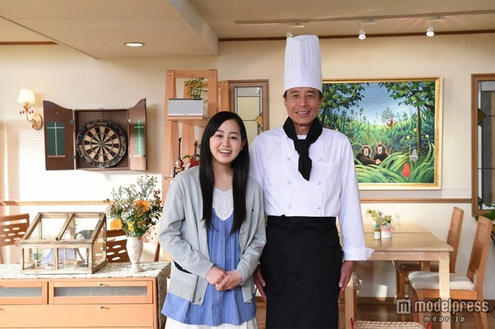 TBS系ドラマ「なるようになるさ。」に出演する宮崎香蓮(左)と主演の舘ひろし(右)/(C)TBS
